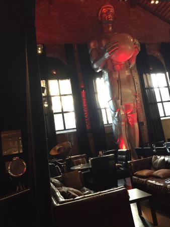 La Fonderie: Une partie du restaurant avec la statue majestueuse de 8 mètres de haut