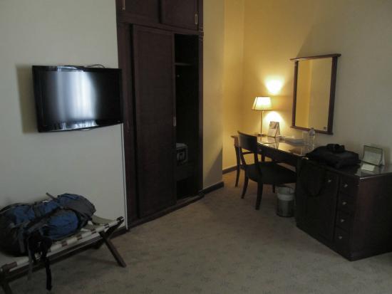 Royal Qatar Hotel: Desk, Wardrobe, TV