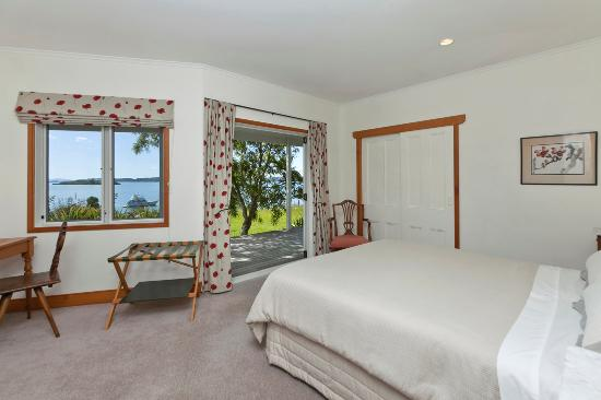 Fernbrook Beachfront Cottage & Apartment Accommodation: bedroom 1