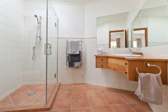 Fernbrook Beachfront Cottage & Apartment Accommodation: bathroom 1