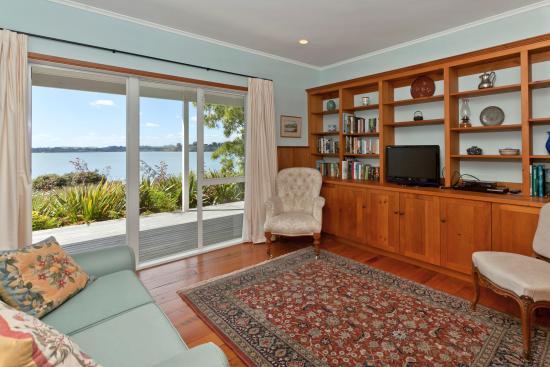 Fernbrook Beachfront Cottage & Apartment Accommodation: TV room