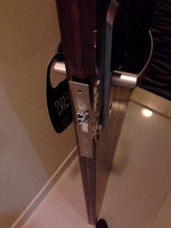Doha Downtown Hotel Apartments : The lock