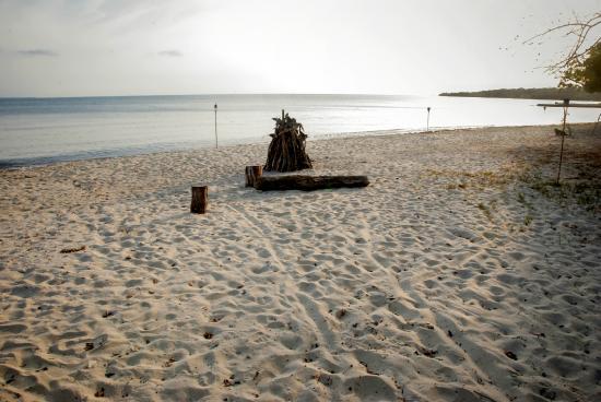 Hotel Playa Manglares Isla Baru: Bonfire on the beach