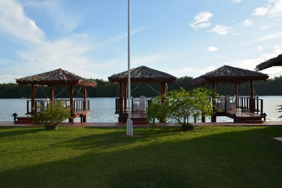 Dalmanuta Gardens - Ayurvedic Resort & Restaurant: Dining area over the river