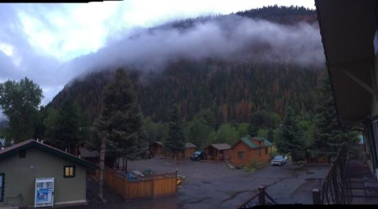 Ouray Riverside Inn and Cabins: Low cloud and view of some of the cabins.