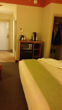 La Quinta Inn & Suites Chicago Downtown: Room 405-microwave, mini fridge, keurig and small closet