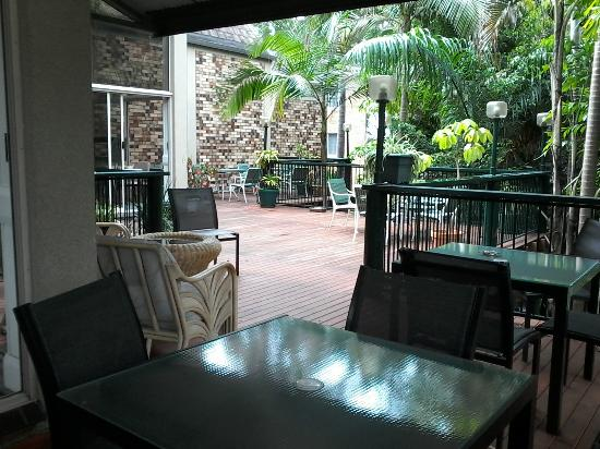 Sanctuary Resort Motor Inn : Sanctuary verandah - Dine or simply relax..