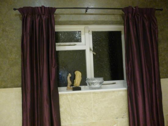 Loch Ness Highland Cottage B&B: bathroom window