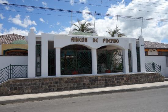 Hosteria Rincon de Puembo: front entrance