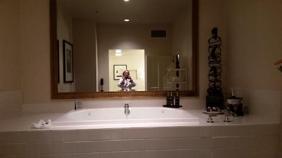 Alexis Hotel - a Kimpton Hotel: 2 person jacuzzi in spa suite