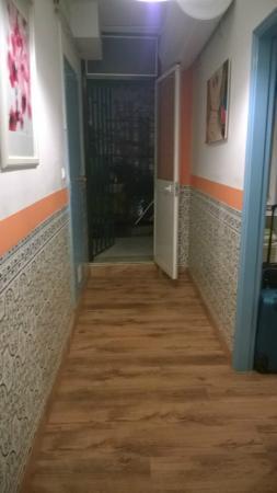 Hostel B. Mar: corridoio dall'entrata della camera