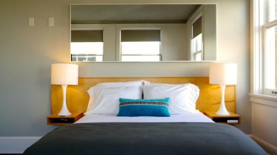 Norblad Hotel And Hostel: suite bed and mirror
