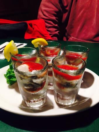 Ocean Shores, WA: Oyster shooters ! 10$ for 6! Can't beat that !