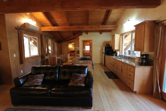 Sequoia Village Inn: Falcon Chalet's large living room and open kitchen
