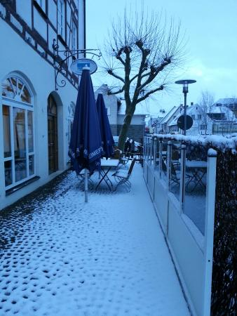 Akzent Hotel Laupheimer Hof: Hotel cafe patio...covered with snow