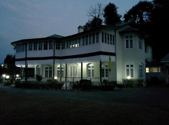 Hill Top Tourist Lodge: at dusk