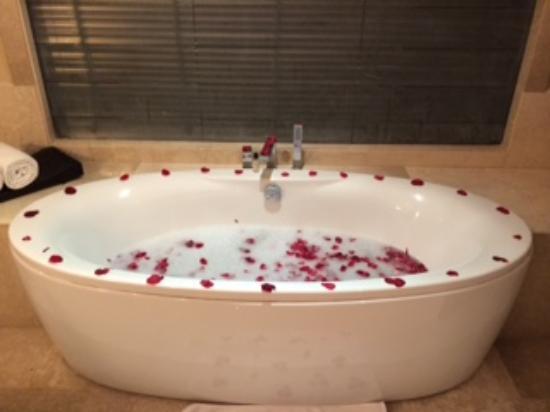 Vivanta By Taj Dal View: Rose Petal Hot water tub after playing in snow