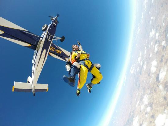 Lillo, İspanya: ¡Grita saliendo del avión a 4000 metros del suelo!