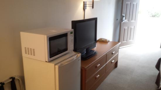 Sugarloaf Mt. Motel: Flat screen fridge and microwave