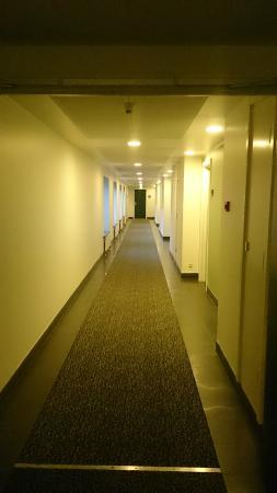 Glostrup Park Hotel: cosy hallway - is this a prison?