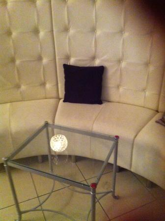 Harlequin Hotel Castlebar: Relaxing reception