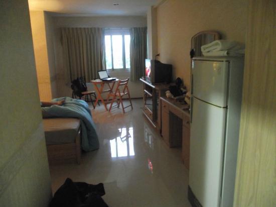 Hua Hin Sport Villa: bed and table and fridge no balcony