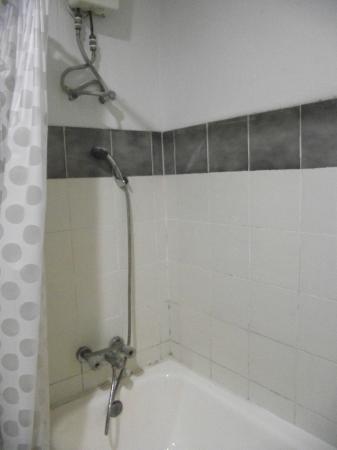 Hua Hin Sport Villa: room 323 bathroom was kinda of grungy