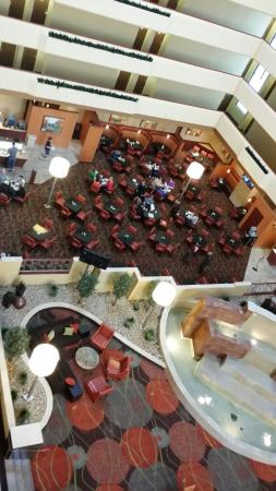 University Plaza Hotel and Convention Center : Marble fountain and breakfast area
