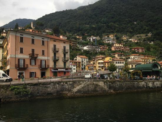 Lombardy, İtalya: เรือกำลังแวะหมู่บ้านนึงใน Lake