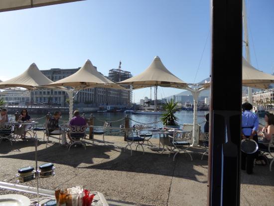 City Lodge Hotel V&A Waterfront: Frühstück vor dem Haus an der Sonne