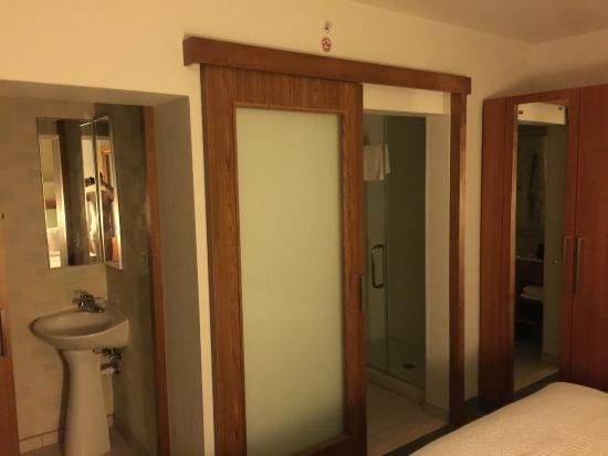 SpringHill Suites Salt Lake City Airport: Bathrooms
