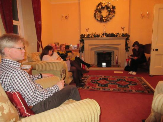 Tan Dinas Country House: Sitting in the lounge with guests