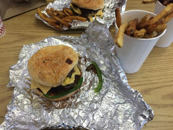 Five Guys : The bacon cheeseburger