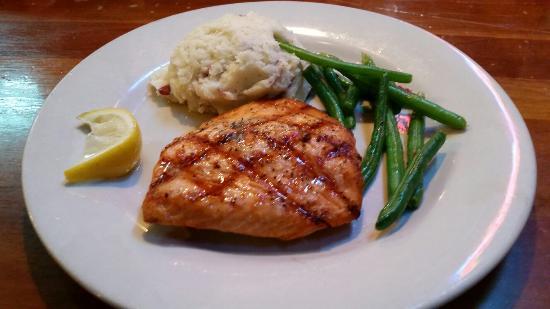 Henry's Restaurant: Salmon and garlic potatoes yum