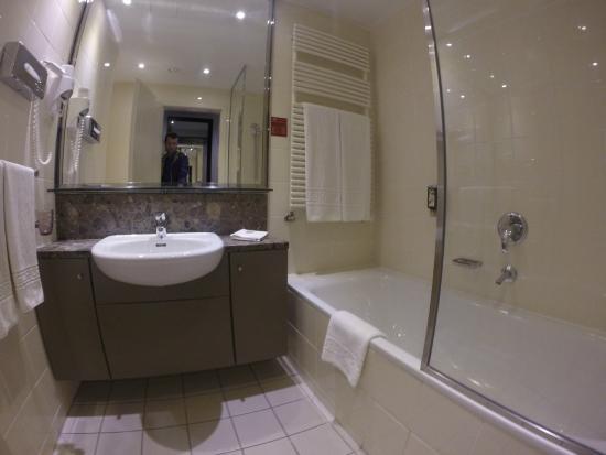 Adina Apartment Hotel Budapest: Ванная комната