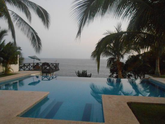 Casa Junto Al Mar: Infinity pool