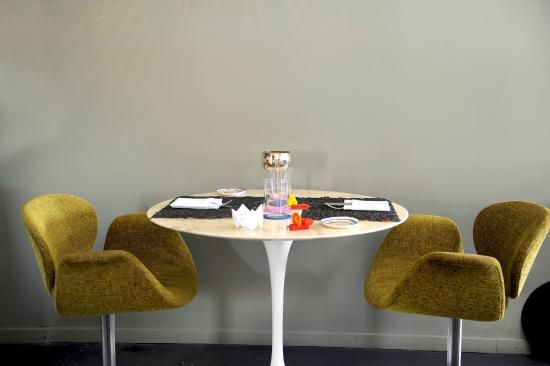 restaurant PHILIPPE : table Tulipe Saarinen, siege Pierrre Polin