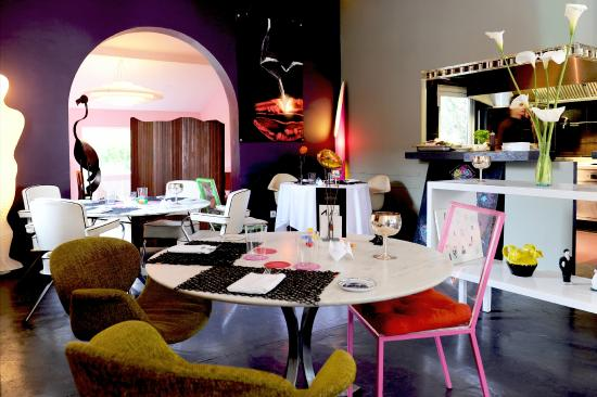 restaurant PHILIPPE : salle principale et cuisine ouverte