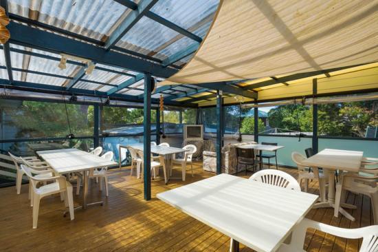 Narooma Motel: Common sundeck dining area