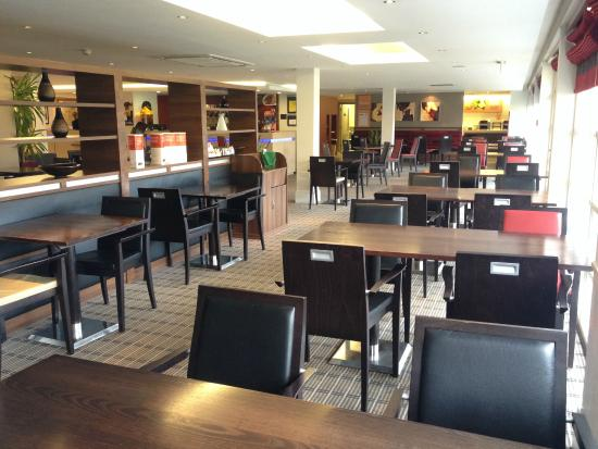 Holiday Inn Express Milton Keynes: Breakfast area with bar to the left