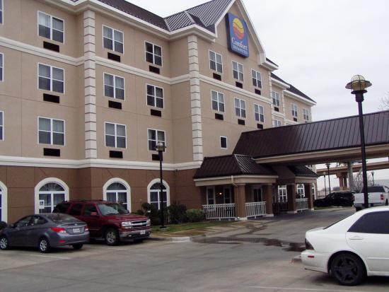 Quality Inn & Suites I-35 / Walnut Hill: Front Entrance