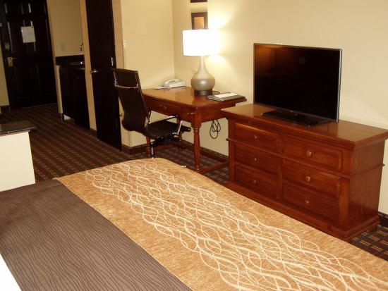 Quality Inn & Suites I-35 / Walnut Hill: King Suite