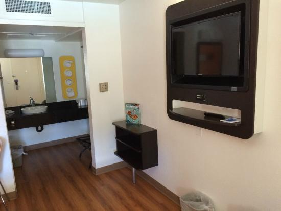 Motel 6 Palm Springs Downtown: Flatscreen TV and a little cubby