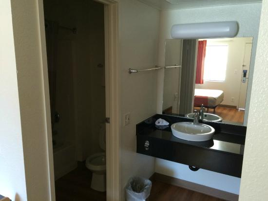 Motel 6 Palm Springs Downtown: The rest of the bathroom is in there