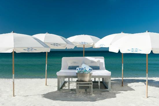 Edgewater Beach Hotel: Beach Day Bed