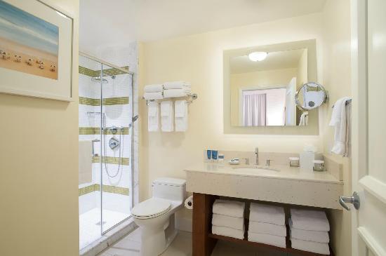 Edgewater Beach Hotel: Tower Bathroom