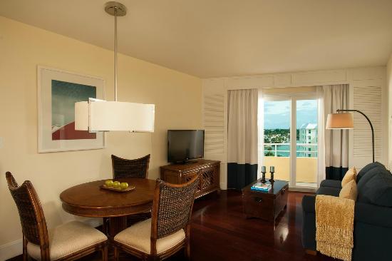 Edgewater Beach Hotel: Tower Living Room Naples View