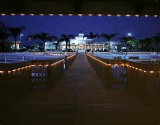 Crown Club Inn Orlando By Exploria Resorts : night time standing on the pier