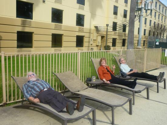 Holiday Inn Houston Intercontinental Airport: Pool side relaxing