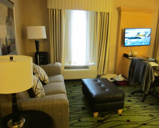 Hampton Inn & Suites Raleigh/Crabtree Valley: The sitting area with pull-out sofa